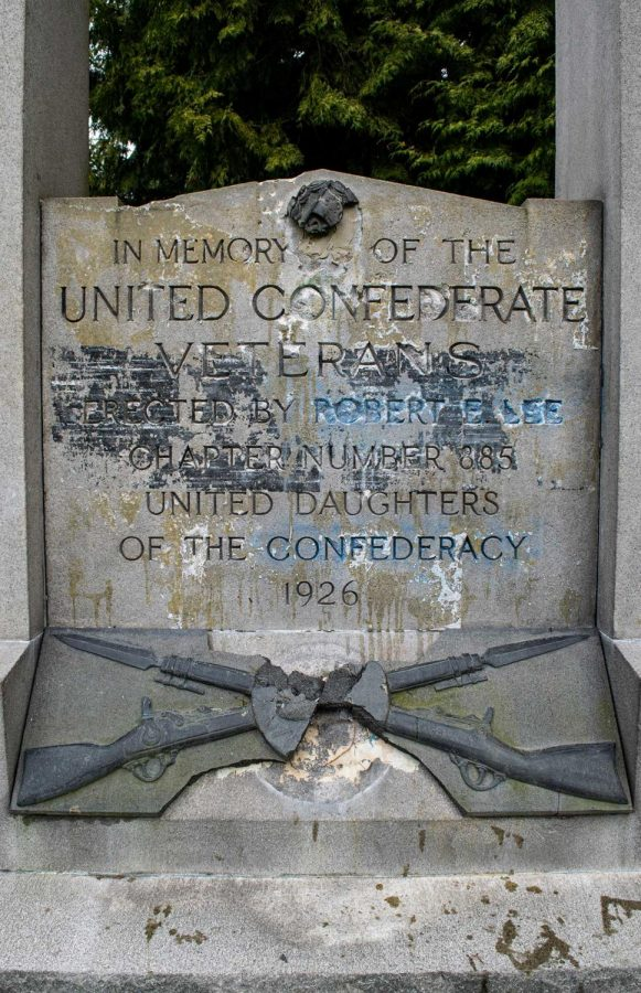 The monument was erected by the Daughters of Confederacy and pays homage to Robert E. Lee, the Confederate general.